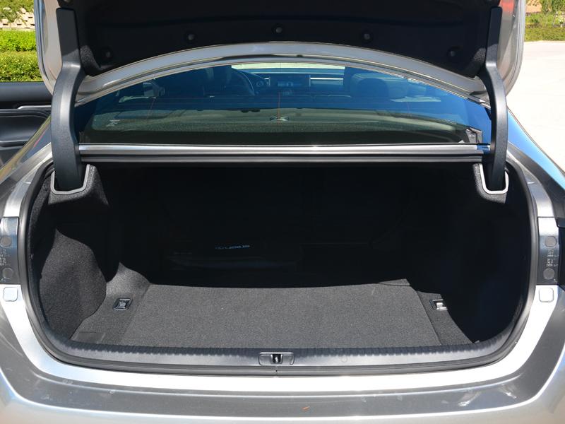 Lexus RC300h csomagtartó