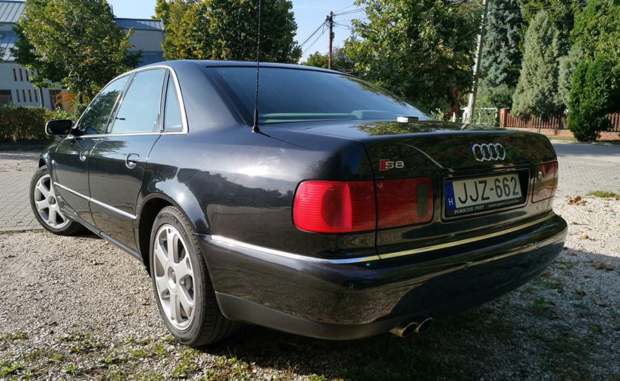 Az Audi S8 hátulról fotózva