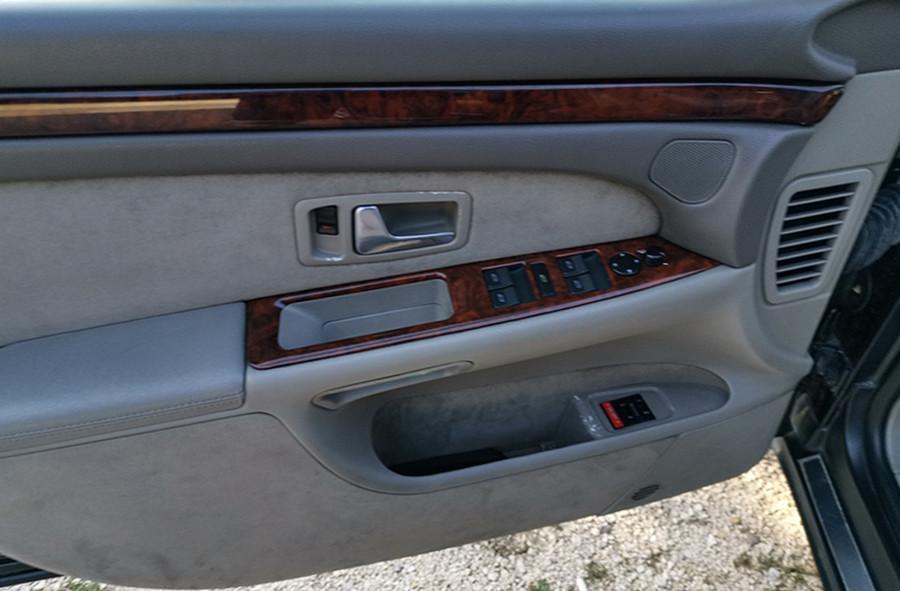 Az Audi S8 ajtókárpitja