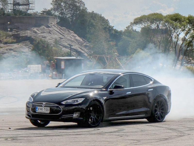 Photo of Így driftel egy Tesla Model S